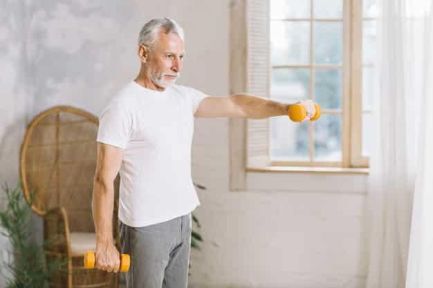 Hombre disfrutando de pensión máxima de jubilación