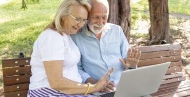 Mujer y hombre mayores disfrutando prestación no contributiva