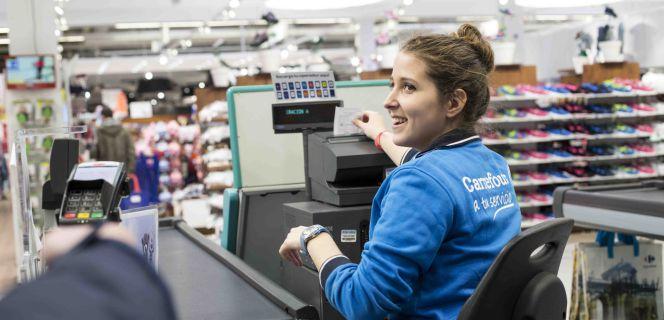 Cajera trabajando en Carrefour España
