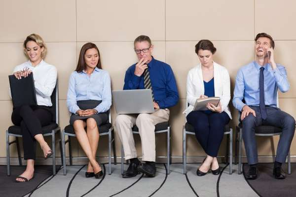 Personas esperando para realizar una entrevista de trabajo